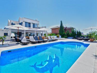 Beach villa with 6 bedrooms, 5 bathrooms and private pool in Urbanizacion Chapas, Spain